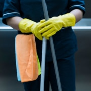 aspectos-a-considerar-elegir-uniformes-de-limpieza