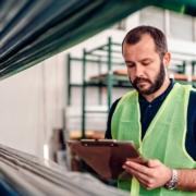 Ropa de trabajo industrial: cuidados y puntos clave para mantener su calidad