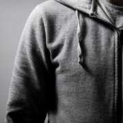Sudadera con capucha y cierre: usos en las diferentes industrias