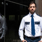Elementos básicos de los uniformes de guardias de seguridad privada